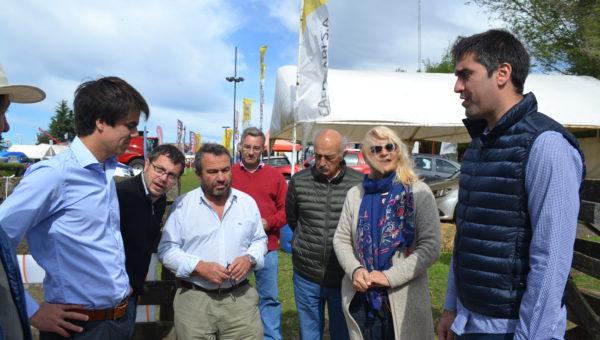 Manuel Mosca y el Concejal Barbieri dialogando con integrantes de Sociedad Rural de 9 de Julio