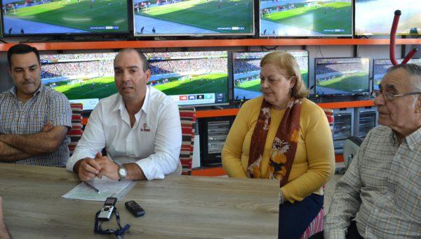 Marcelo Suanno junto a Ruben Fernandez de la Cooperadora del Hospital y Norma de Rodriguez y Zacarias Urbina de Cepril