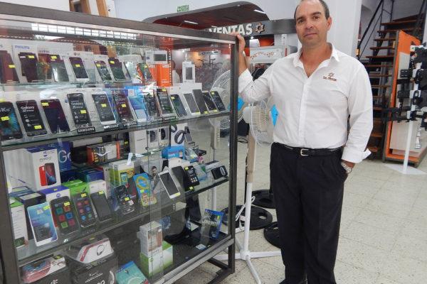 Marcelo Suanno junto a toda la linea de celuares que se pueden adquirir al 50 por ciento