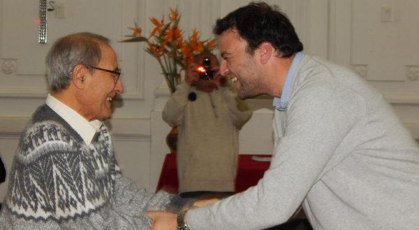 Mariano Barroso estrecha su mano a Francisco Pastor al momento de ser reconocido