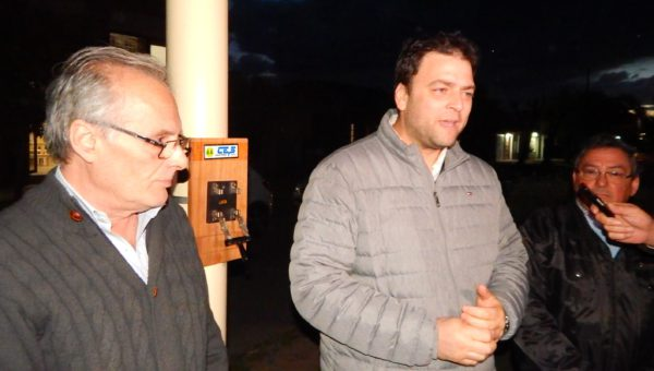 Mariano Barroso junto a Omar Malondra ante vecinos y la prensa en el lugar