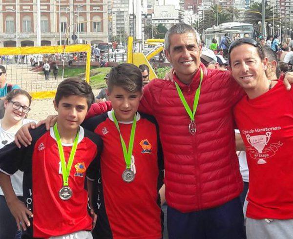 Mateo y Facundo con medalla de plata junto a sus profesores