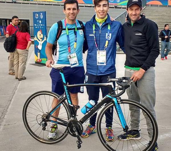 Rodrigo Corro junto a su padre Jose y el Tecnico Walter Perez