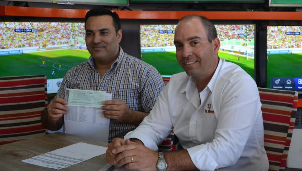 Ruben Fernandez recibe el monto junto a un informe de lo donado en favor de la Cooperadora de Hospital