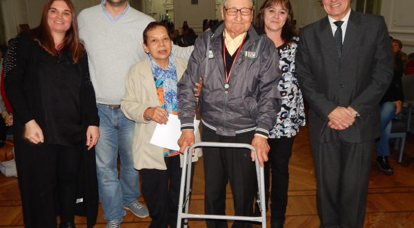 Silverio Figueroa junto a su esposa, al momento de ser reconocido