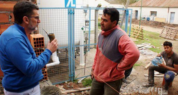 Silvestre dialogando con un obrero de la construccion – foto Rumores Pehuajo