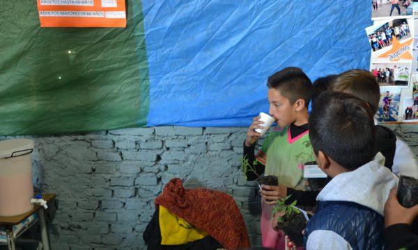 Un alumno de la ciudad que esta mañana procedio a probar el yogurt hecho en Escuela Inchausti