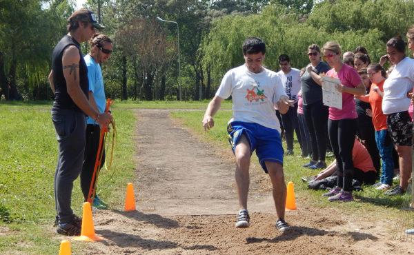 Un atleta de Chivilcoy realizando salto en largo