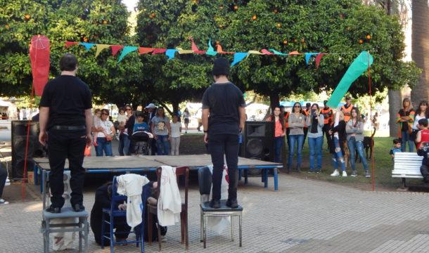 Actividad artistica en la Feria del Libro en Plaza Belgrano
