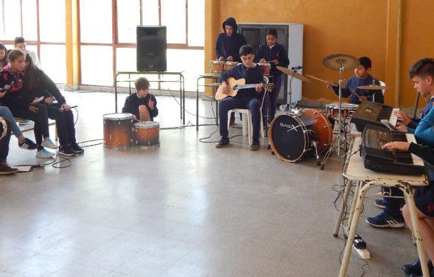 Alumnos de Colegio Los Ceibos dejando su musica en la Feria de Arte y Tecnlogias