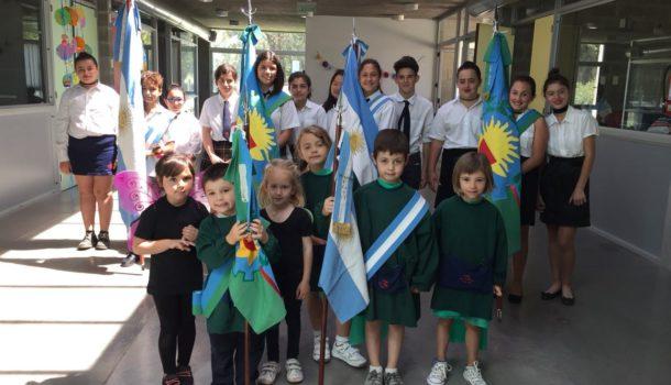 Alumnos de Colegio Los Ceibos portando la bandera nacional