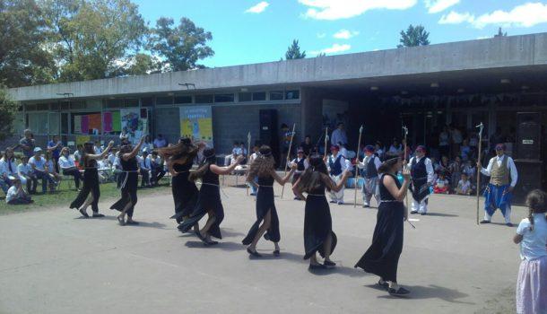 Alumnos del Colegio Los Ceibos que expresaron una danza tipica aborigen
