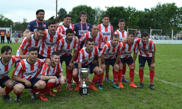 Atletico 9 de Julio, campeon del año 2017 junto a su trofeo