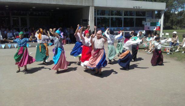 Bailando danzas folkloricas argentinas