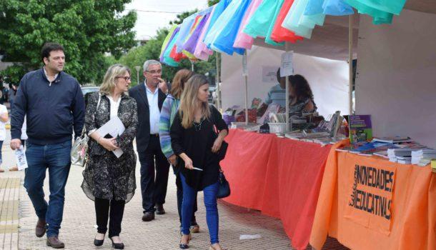 Barroso y Vallabria junto a funcionarios municipales recorriendo la feria