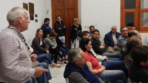 Battistella dirigiéndose al Plenario radical el lunes 27 de noviembre