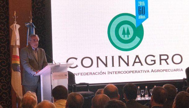 Carlos Iannizotto durante la presentacion del 3er documento