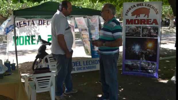 Claudio Barberis atendiendo a un vecino de 9 de Julio que se acerco al Stand presente en French