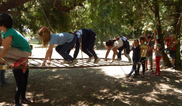 Un grupo de niñas realiza equilibrio sobre una escalera colgante