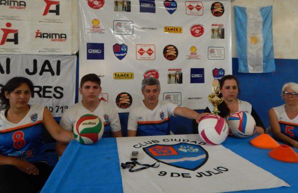 Daffara junto a jugadoras de Voley del CC9J