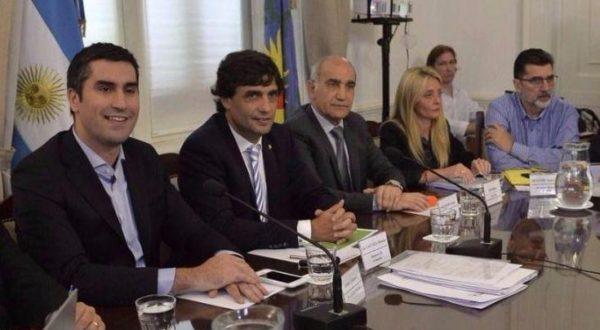 El Vice Gobernador Daniel Salvador, el Ministro Lacunza, el diputado Jorge Silvestre, la Senadora Baro y el presidente de la Camara Baja, Manuel Mosca buscan convencer a los Intendentes