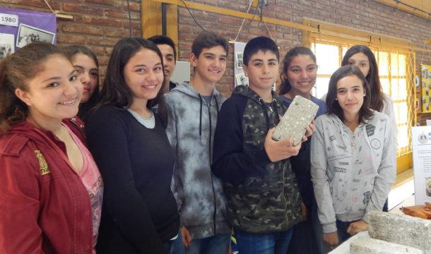El grupo de alumnos exhibe su proyecto