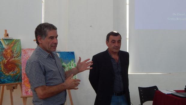 Javier Bercovich junto al Dr Daniel Assad durante la charla en el MACC