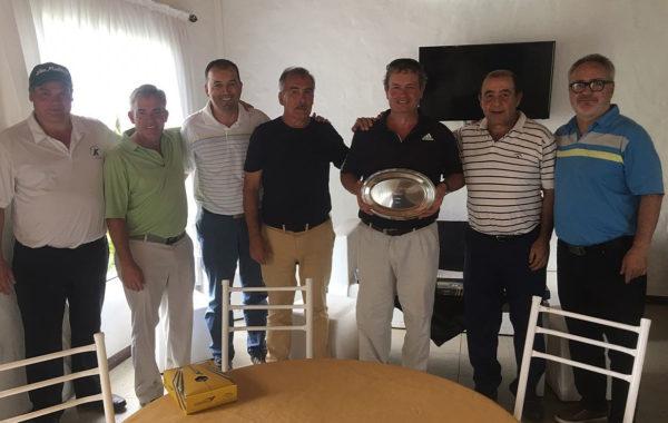 Jorge Beraza exhibe el trofeo junto a Ricardo Cortes, Miguel Trofimovih y Luis Pugnale, le acompañan el presidente de FENOBA y del Club Las Mulitas