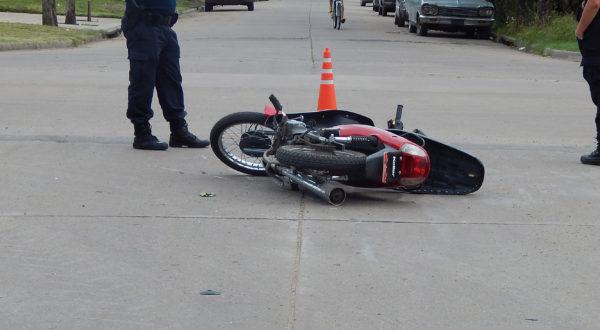 La motocicleta caida sobre calle Irigoyen y Comparie