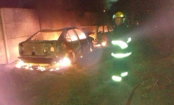 Los dos vehiculos tomados por las llamas de fuego