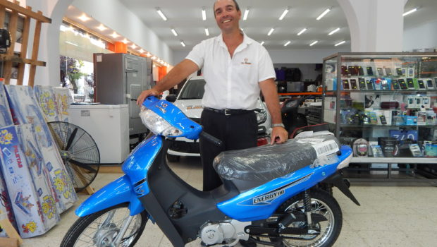 Marcelo Suanno junto a una de las motocicletas que se sortea este viernes 5