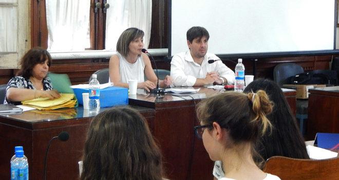 Maria Jose Gentile dirigiendose a los alumnos que fueron parte de la Sesion Estudiantil del Concejo Deliberante