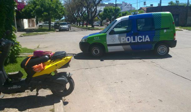 Motocicleta en la que se movilizaba la mujer y los dos menores