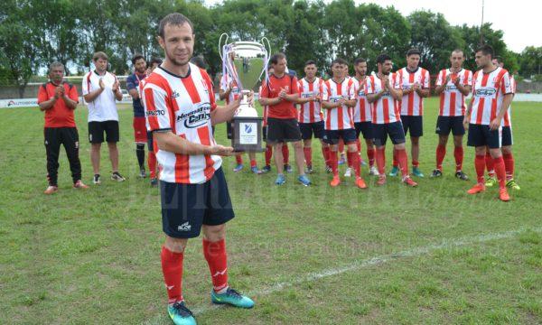 Tempesti, capitan del equipo recibio la copa Centenario Club Atletico Facundo Quiroga