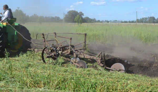 Un Tractor JD 730 tirando un arado de 4 rejas