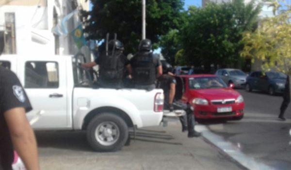 Uno de los vehiculos de Policia sale de Comisaria hacia uno de los objetivos