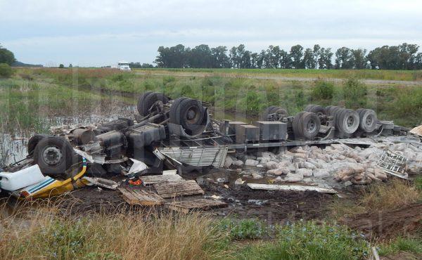 Asi quedo el transporte tras el accidente en el que colisiono con un automovil