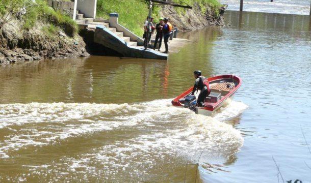 Bomberos Voluntarios de Salto durante el rastrillaje en el rio
