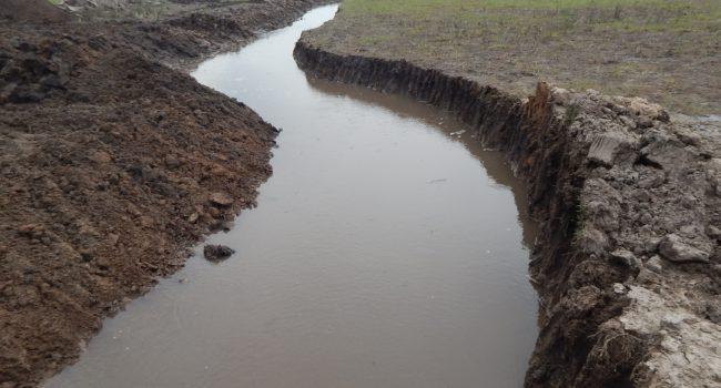 El canal que pasa dentro del campo de Marra