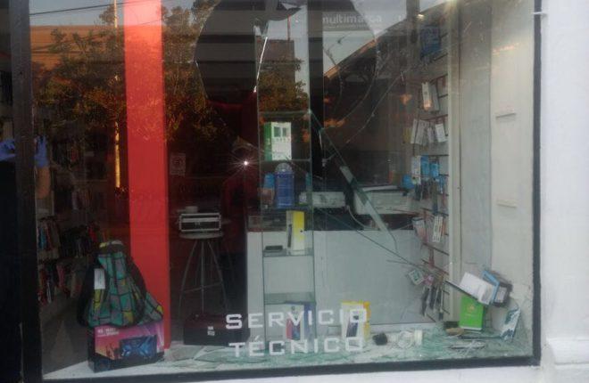 Rompieron la vidriera y se llevaron  5 teléfonos celulares