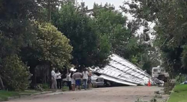 Caida de arboles y voladura de techos sufrieron los vecinos de Colon (BA)