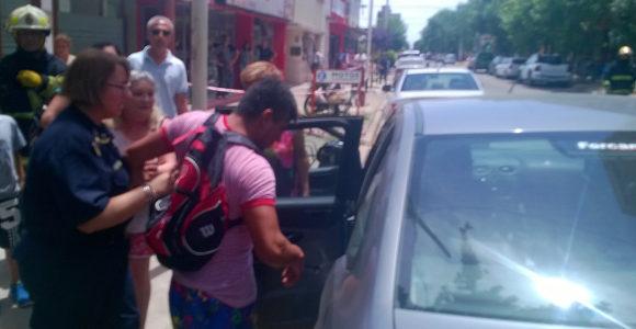 Instancia en que Rago es acompañado por la Sub Comisario Figueroa a un auto particular