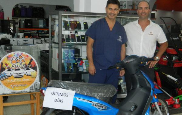 Javier Casanovas junto a lo motocicleta que se gano en La Fama Hogar
