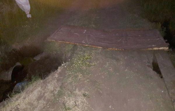 La imagen tomada de noche sobre el alcantarillado roto