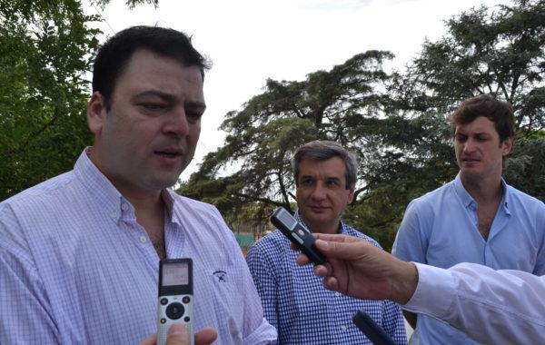 Mariano Barroso, Sergio Buil y Javier Sancher Wrba en dialogo con la prensa local