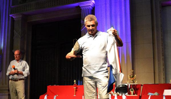 Walter Daffara al momento de recibir una distincion por Club Ciudad 9 de Julio