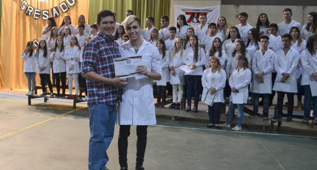 Un de los  135 egresados que recibieron su Diploma