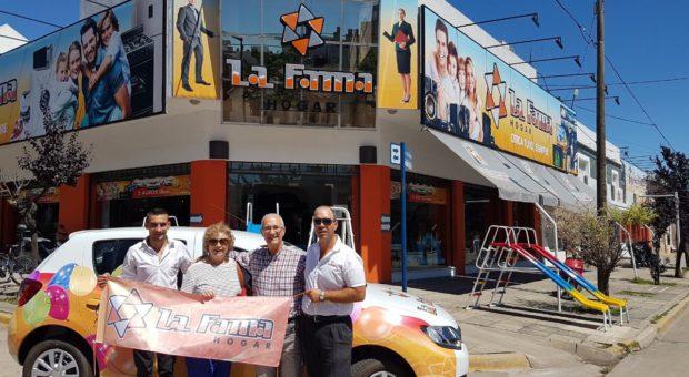 Antonia Rodriguez el dia sabado al retirar el automovil junto a integrantes de La Fama Hogar