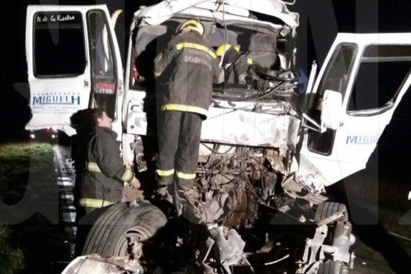 Bomberos trabajando sobre la cabina del camion para retirar al conductor