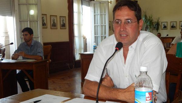 Concejal Vaira durante la presentación de los argumentos para aprobar la adhesión a la Ley Fiscal